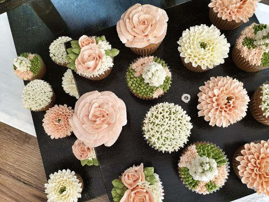 porcukor kezmuves cukraszmuhely szeged design cupcake referencia pasztell viragos cupcake